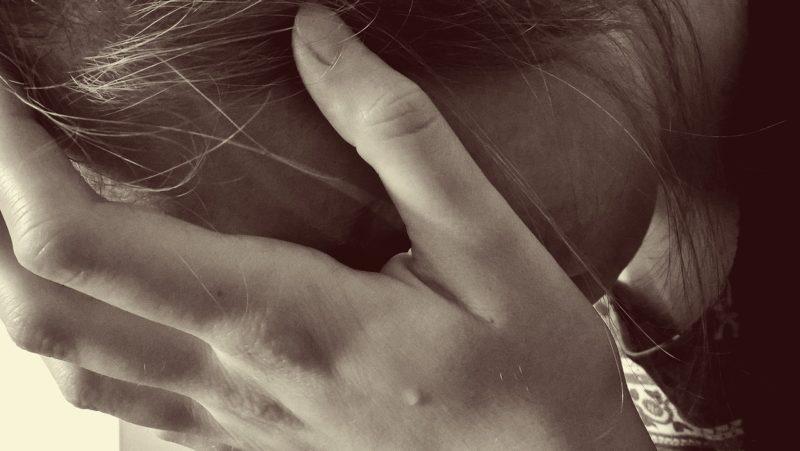 手術の合併症に悩む女性
